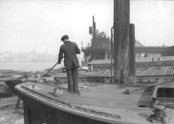 barge being renovated in 1930 at the Talbot Brothers premises at 143 Rotherhithe Street,.jpg