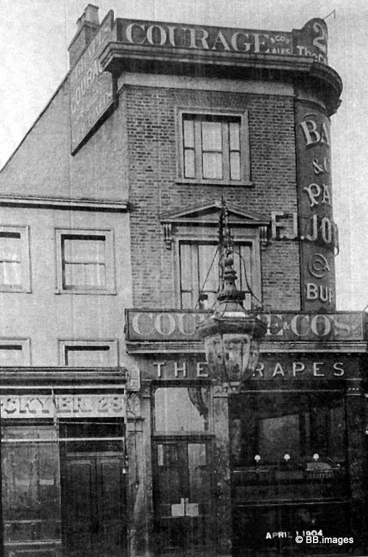 The Grapes Pub Curlew Street 1933.jpg
