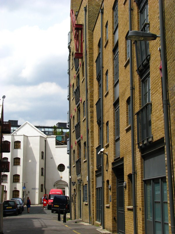 Bermondsey Wall West. St SAVIOURS HOUSE, WHITE BUILDING CORNER WITH GEORGE ROW.jpg