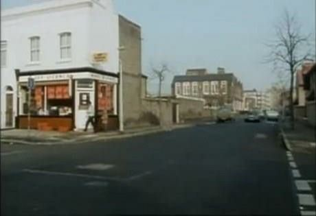 Monnow Road Junction of Simms Road by the Off Licence Bermondsey in 1986.jpg