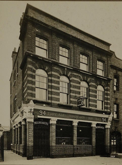Great Suffolk Street The Moonraker Pub. Caffery's Place to the left c 1921 Pub now demolished.jpg