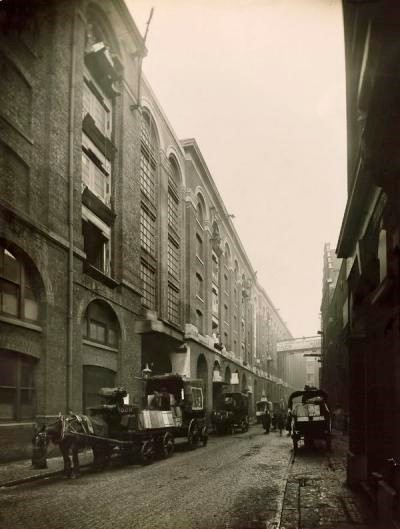 Tea being delivered from Hay's Wharf bonded warehouse.c1909   X.jpg