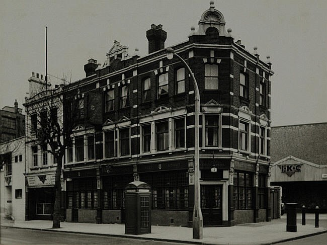 Kings Arms, 251 Tooley Street, Southwark in 1960.jpg