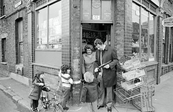 The Corner Shop Where Max Bygraves Lived Above in Swan Road Rotherhithe in 1974   X.jpg