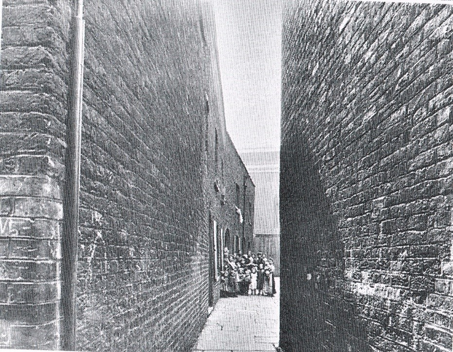 Moss alley, between Bankside & Ladds Court (no longer there) c1900.jpg