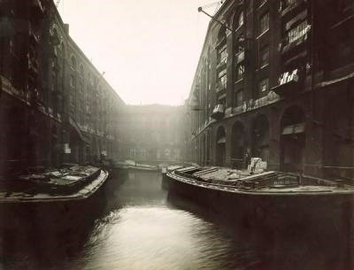Tea being landed from barges into a bonded warehouse at Hay's Wharf.1910.jpg