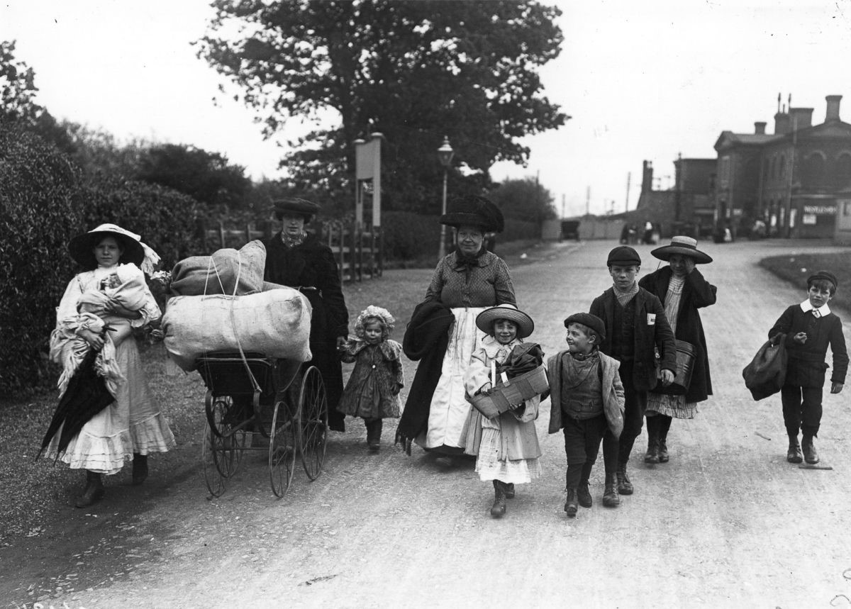 Hop pickers arrive at the Kentish hop fields,1910. X.jpg
