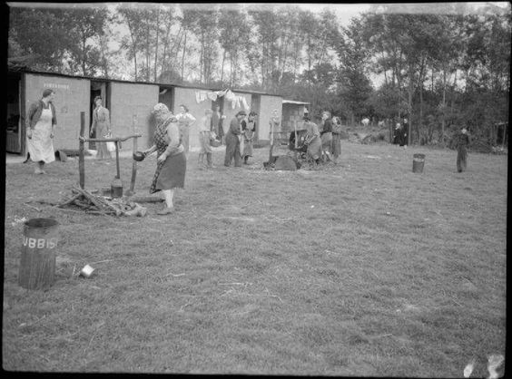 Hop-picking in Yalding, Kent,1944..jpg
