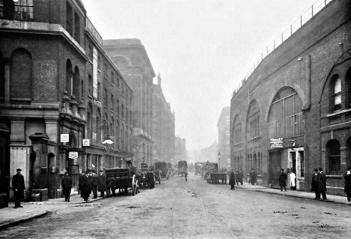 Tooley Street, Near London Bridge, 1900. It looks like a pub on the left, possibly The Horse & Cart at 43 Tooley Street X.jpg