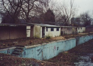 Southwark Park outside swimming pool, closed in1992.jpg