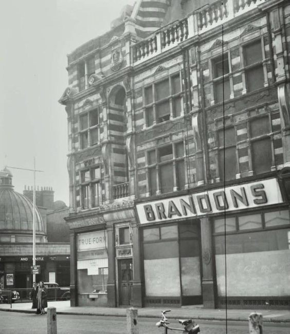 The Elephant and Castle in 1959.jpg