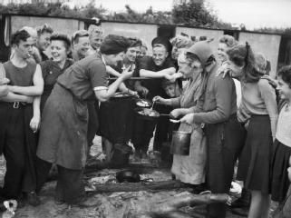 HOPPING IN KENT  HOP PICKING IN YALDING, KENT, ENGLAND, UK, 1944.jpg