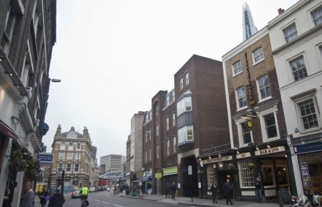 Borough High Street,St Christopher Inn. Cool Hostels in London for the Coolest Backpackers (2).jpg