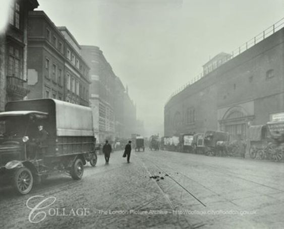 Tooley Street Bermondsey 1915. On the right (arch shape), later became the London Dungeon Museum.   X.png