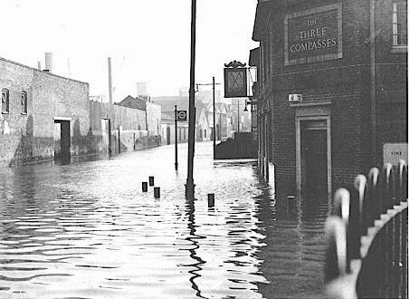 Flood 1953,Three Compasses Pub,Rotherhithe.jpg